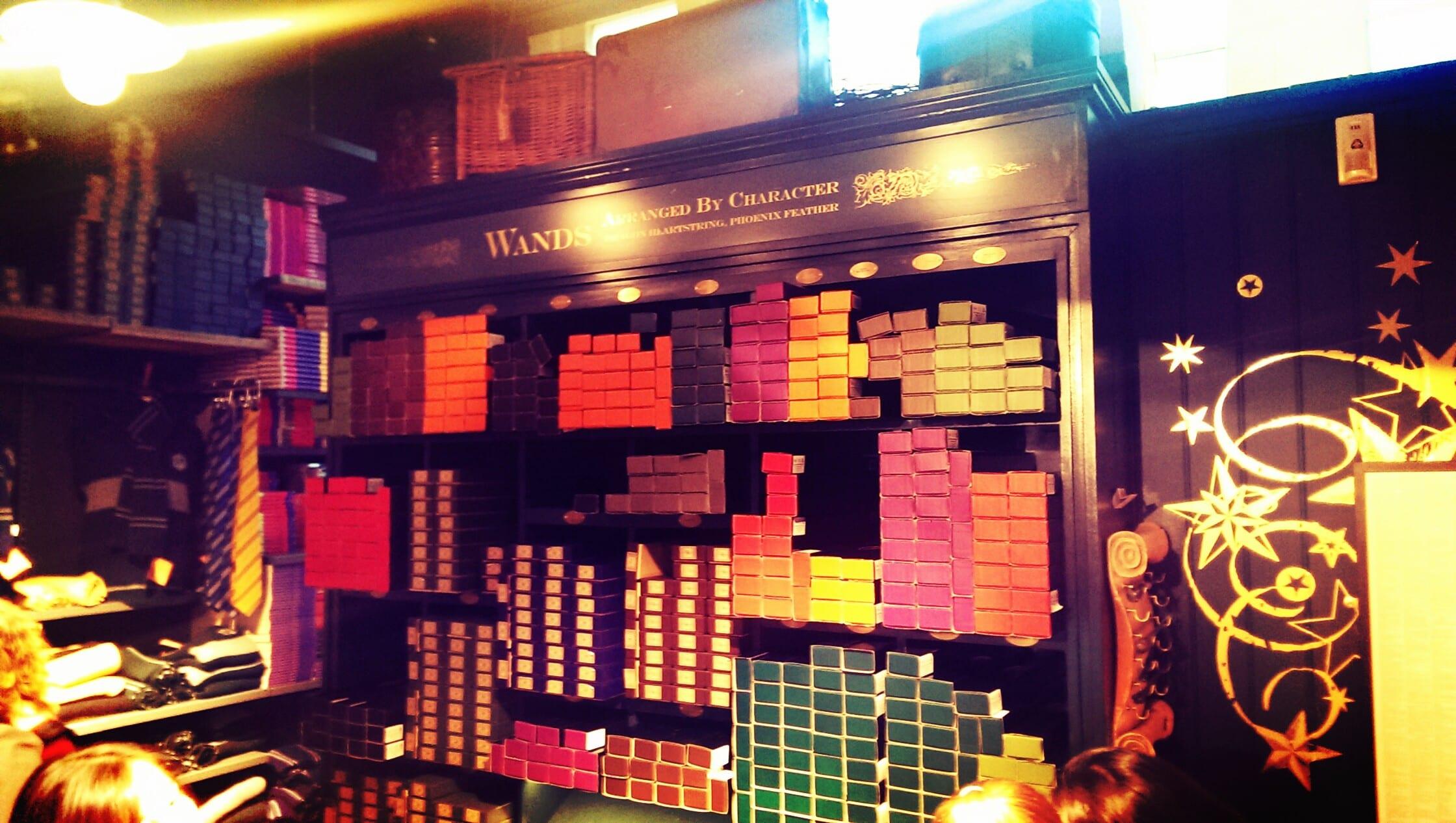 Im Harry Potter Store findest Du nicht nur eine riesige Auswahl an Zauberstäben...