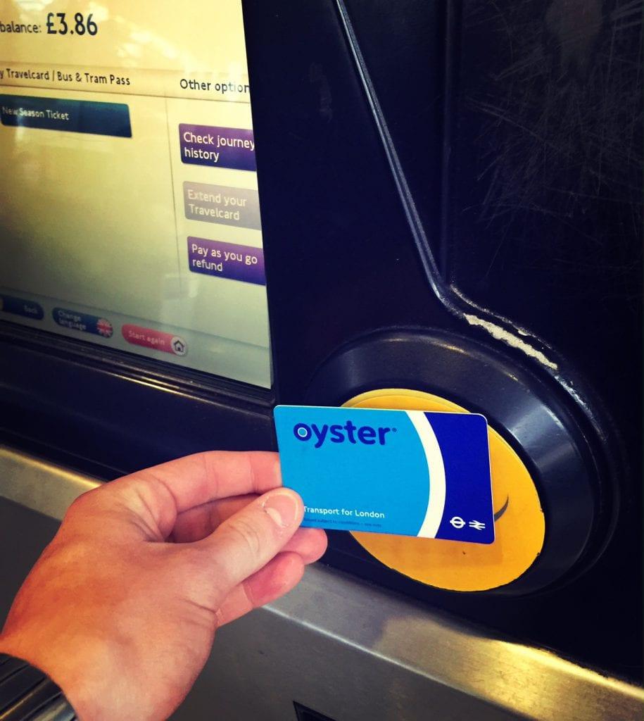 Die Oyster Card lädt man auf, indem man sie an die Scan-Vorrichtung (gelb) eines Automaten hält. Auch so kann man immer sein aktuelles Guthaben kontrollieren. Mit dem Scannen verschafft man sich auch Zutritt zu den Plattformen.