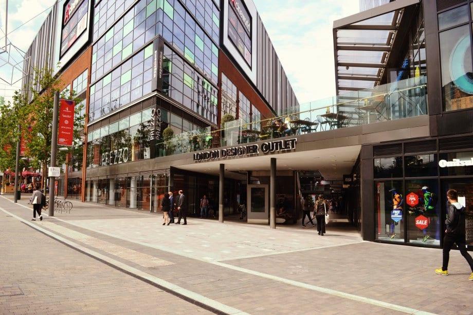 Das Outlet Center ist unter freiem Himmel innerhalb dieses Gebäudekomplexes.
