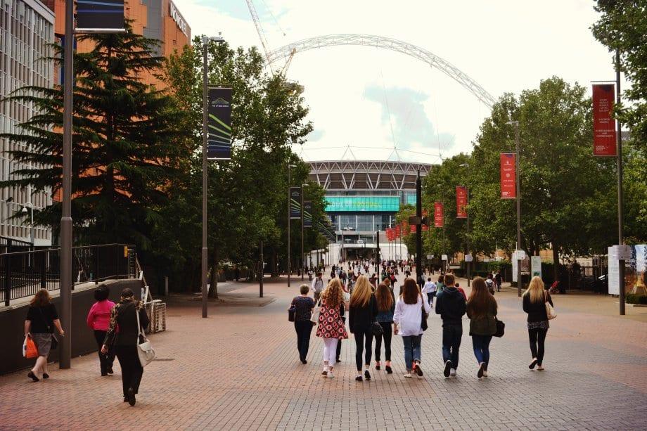 Der eindrucksvolle Weg zum Outlet Center führt am Wembley Stadion vorbei.