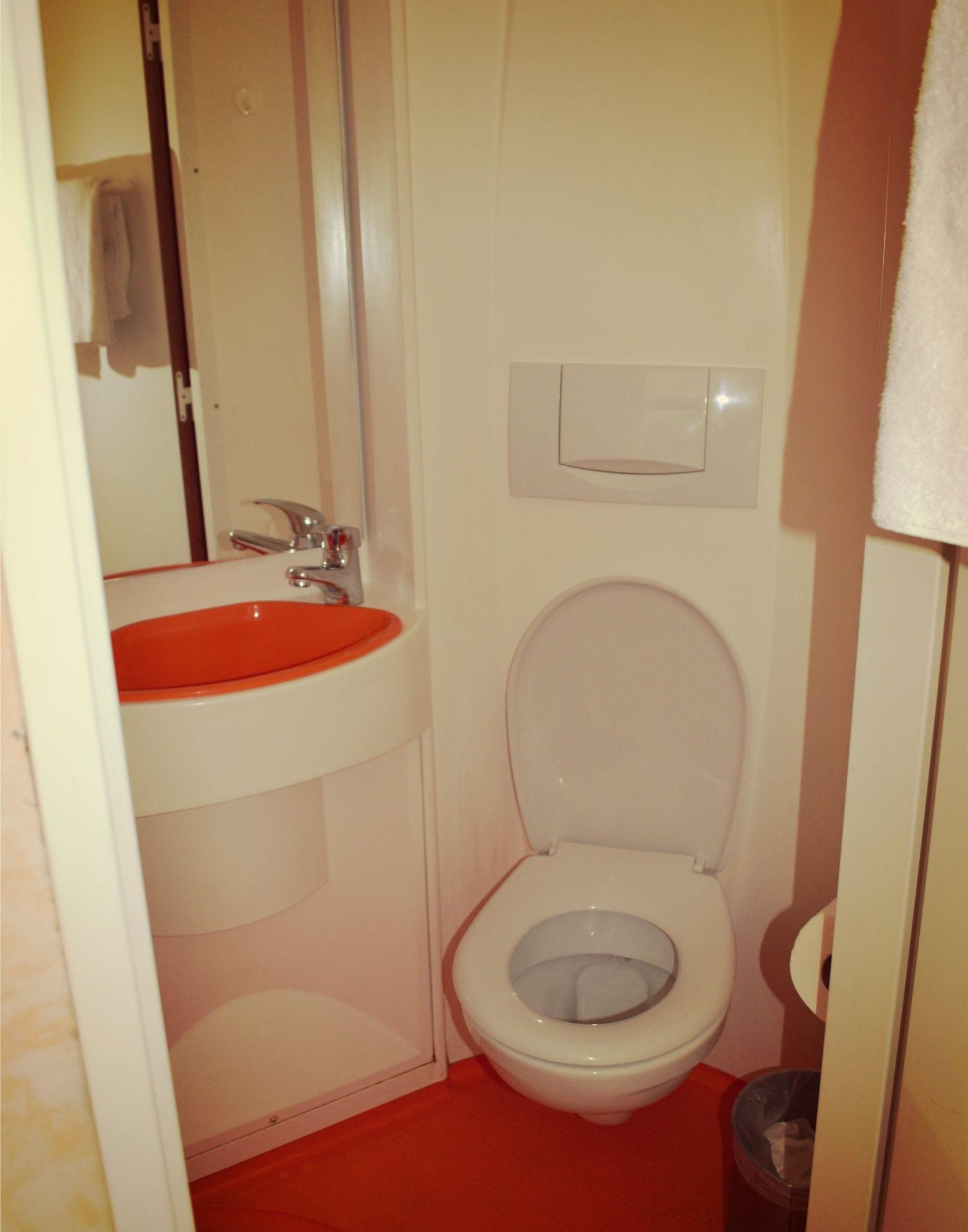 Das Bad ist klein, aber sehr sauber. MAn gewöhnt sich schnell daran.