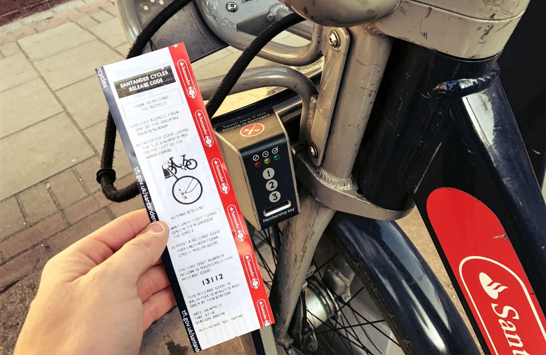 Diesen Code gibst Du direkt am Bike ein. Dort kannst Du übrigens auch den Knopf finden, den Du drücken musst, wenn das Fahrrad beschädigt ist.