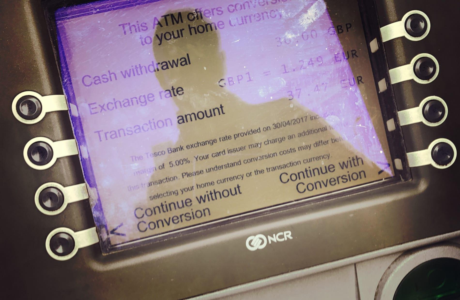 """Diese Frage kommt immer beim Geld-Abheben am Automaten in London: """"We offer conversion to your home currency"""" o.ä. - hier auf """"No"""" drücken, ansonsten fällt eine extra Gebühr i.H.v. 5% an für nichts. Der Umrechnungskurs der Deutschen Bank ist nicht schlechter, es ist also eine Scheinleistung!"""