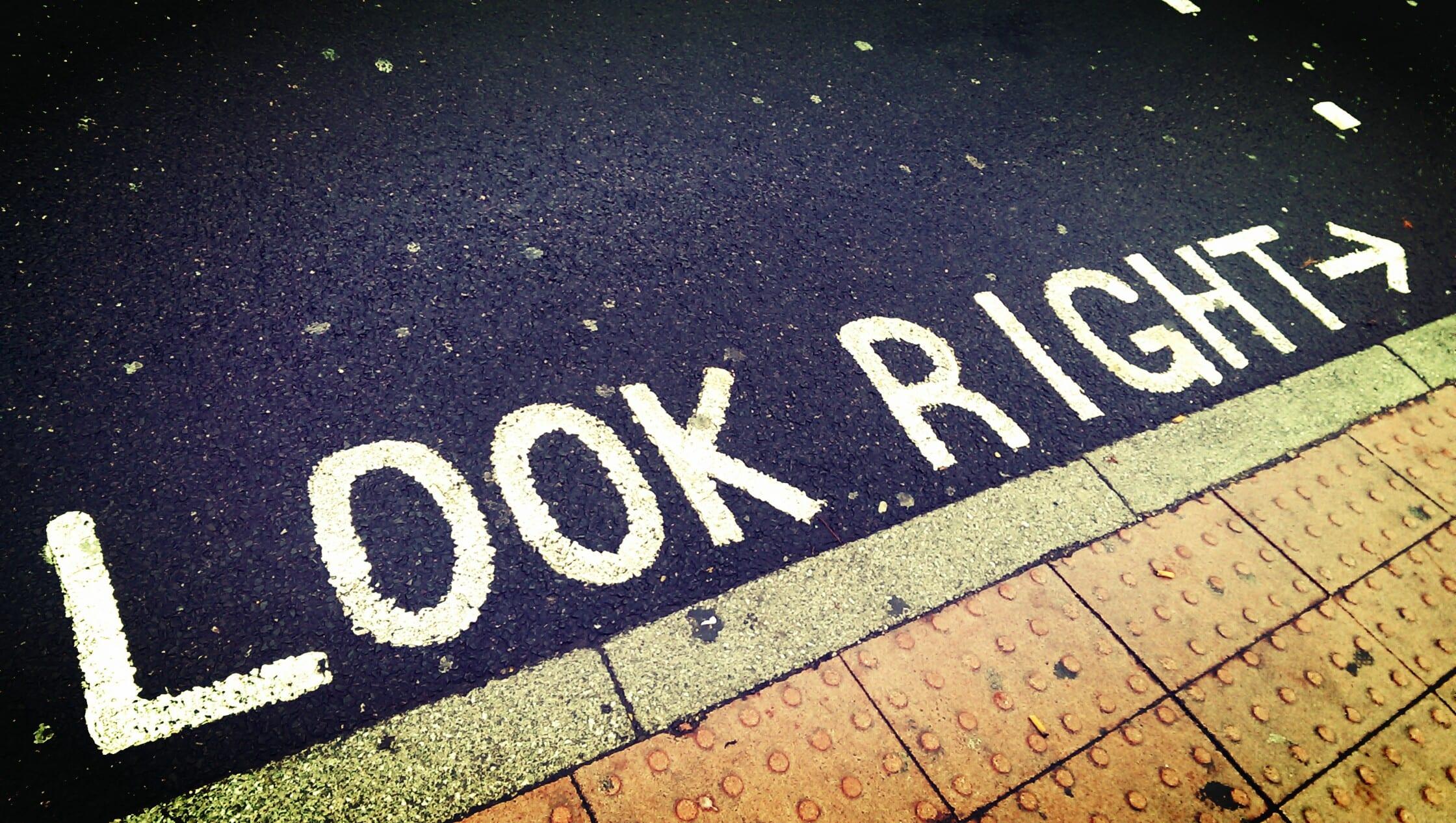 Markierungen an der Straße zeigen, wo man zuerst hingucken sollte