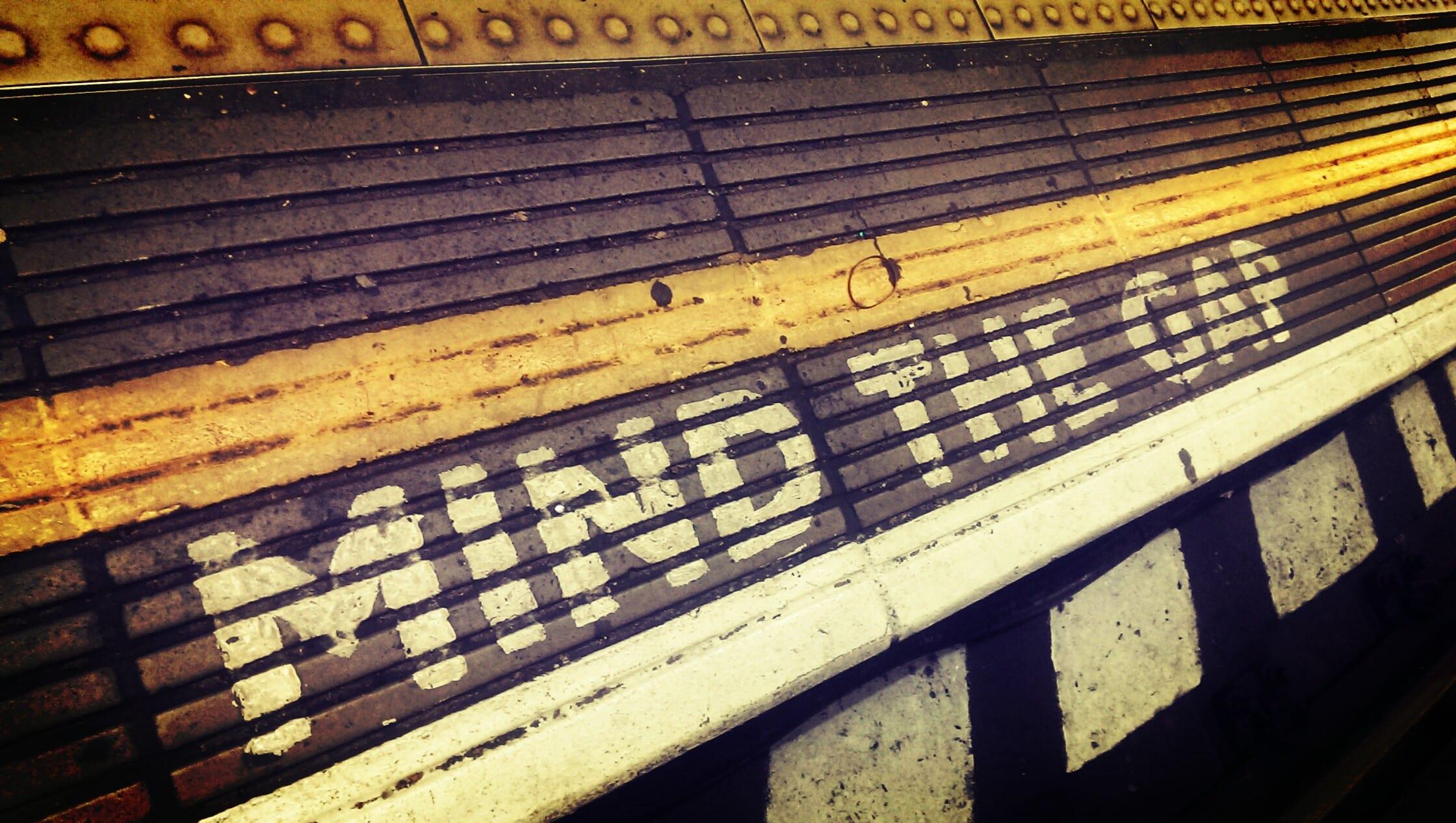 Markierungen an der Ubahn helfen sich zu orientieren