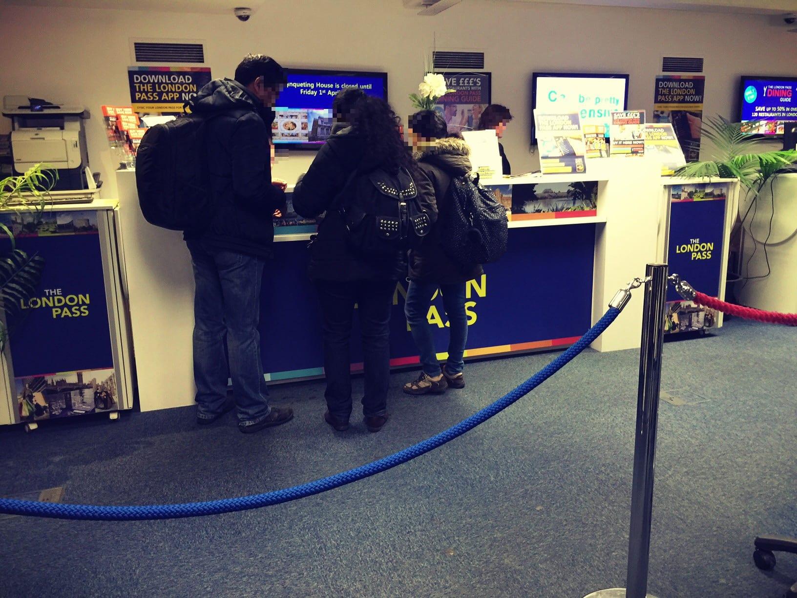 Den London Pass holst Du in dem Gebäude ab, die Treppe hinunterlaufen und dann an den Info-Desk herantreten. Du bekommst zusätzlich noch einen kleinen Reiseführer!