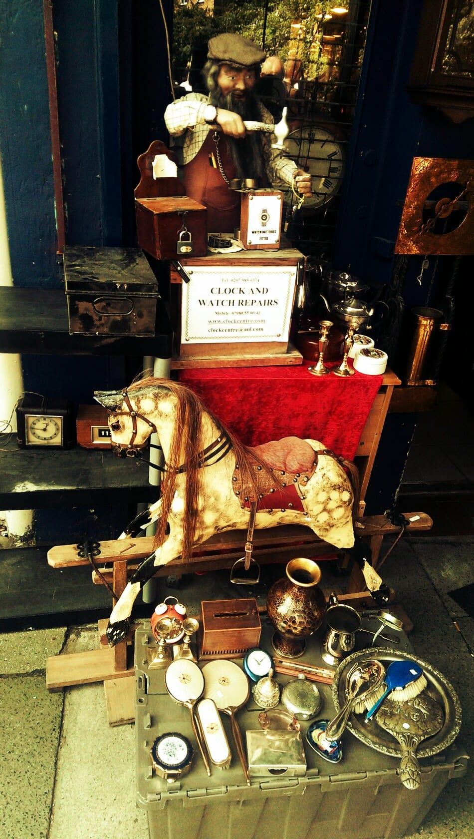 Egal ob Antiquitäten oder Uhrenmacher: Der Portobello Market ist extrem vielseitig.