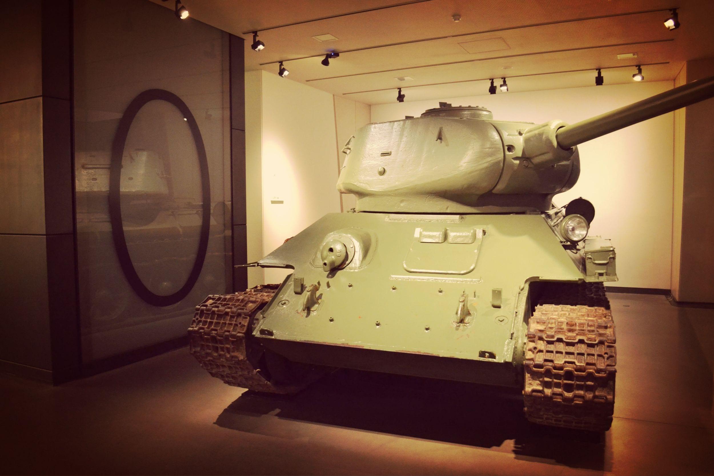 Ein Panzer bewacht einen Museumsteil
