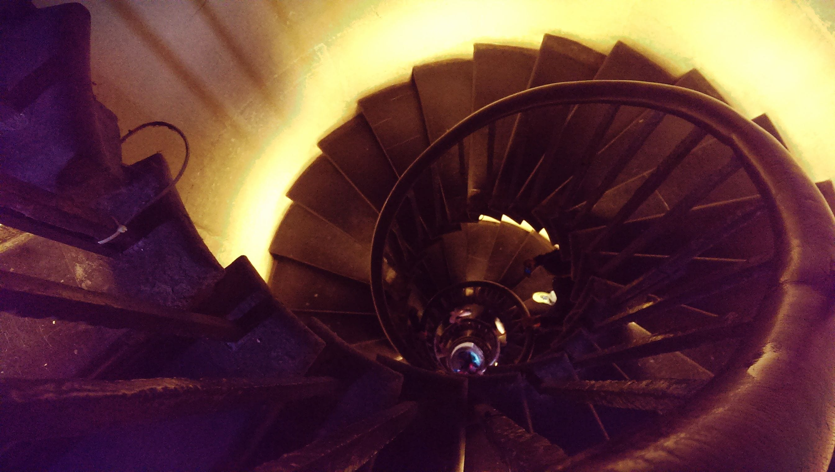 Die Treppenstufen vom Monument sind eng und in ausreichender Anzahl vorhanden