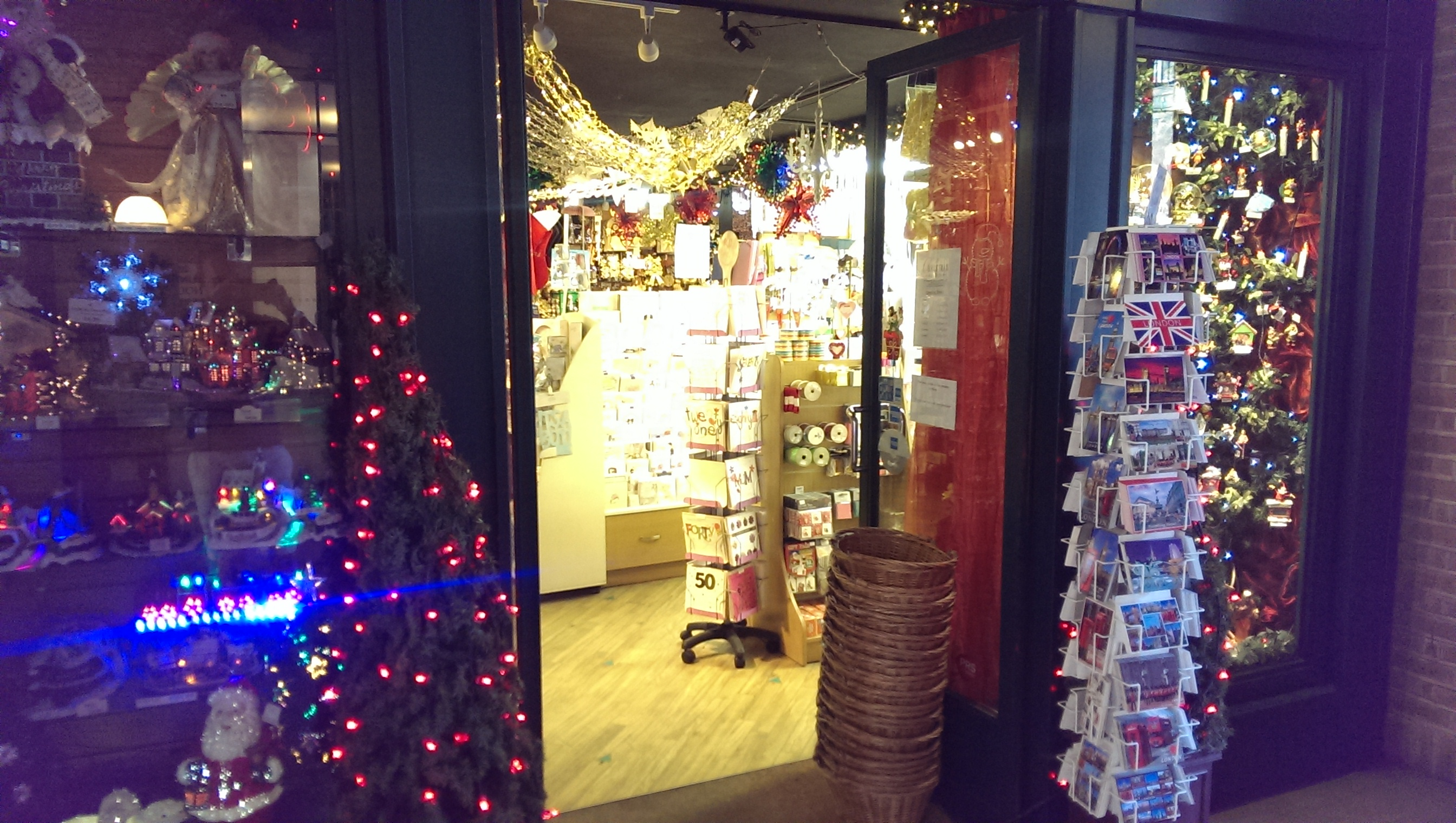 Am Eingang warten schon unzählige Weihnachtssachen auf einen