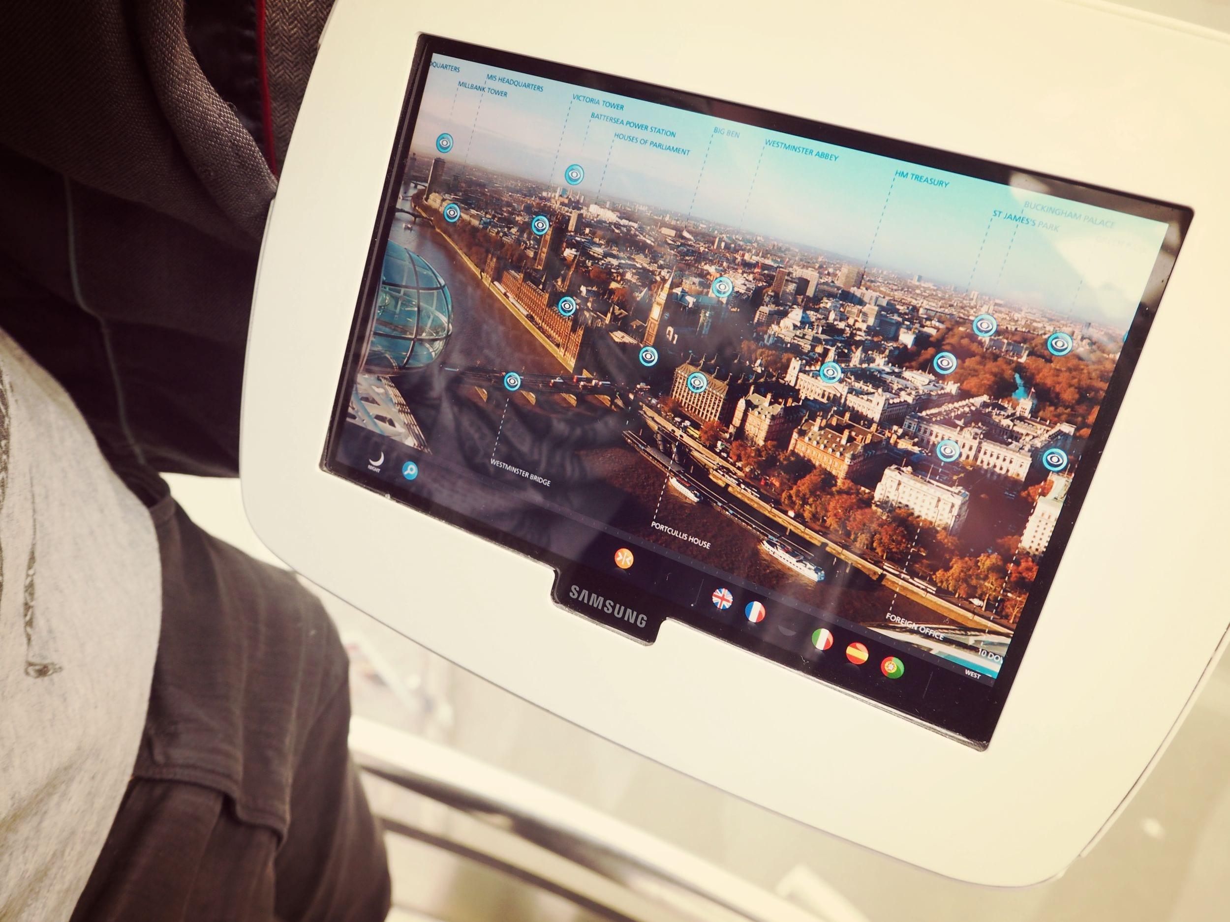 Das interaktive Tablet zeigt Dir, was sich hinter welchem Gebäude verbirgt.