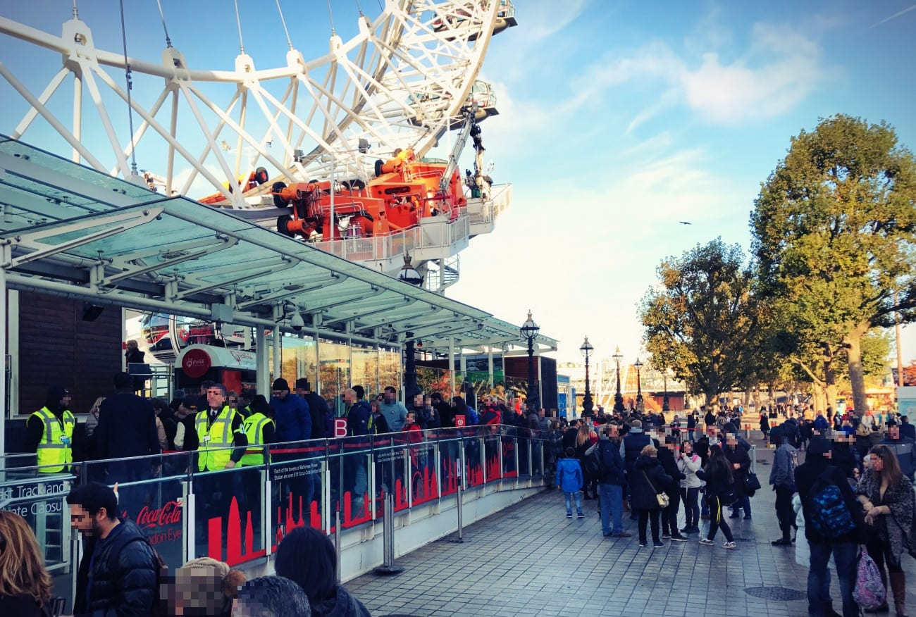 Die Schlange vor dem London Eye kann schon mal wie hier recht lang sein. Deswegen ist ein Fast Track Ticket grundsätzlich empfehlenswert!
