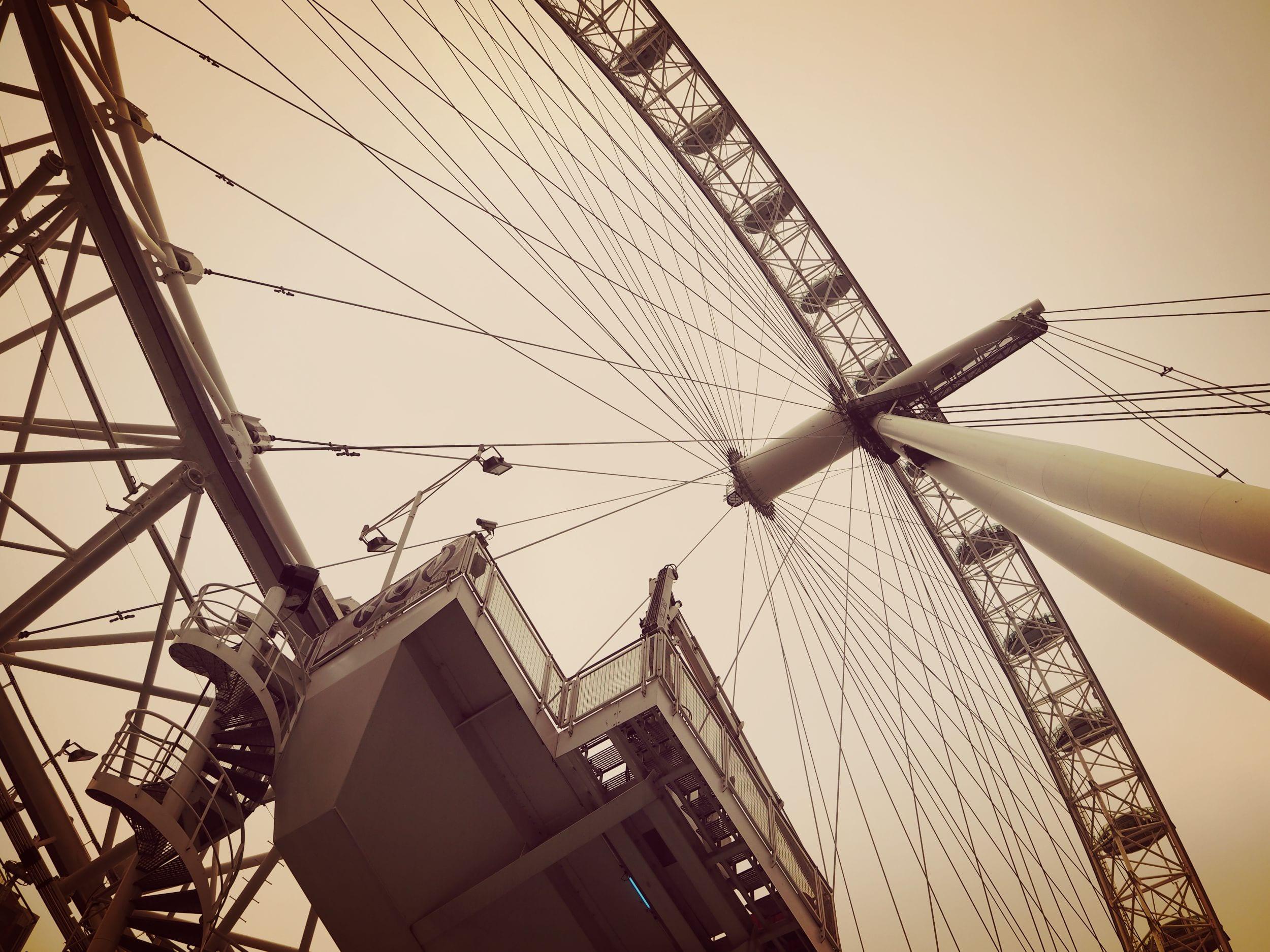 london-eye-von-unten-aus