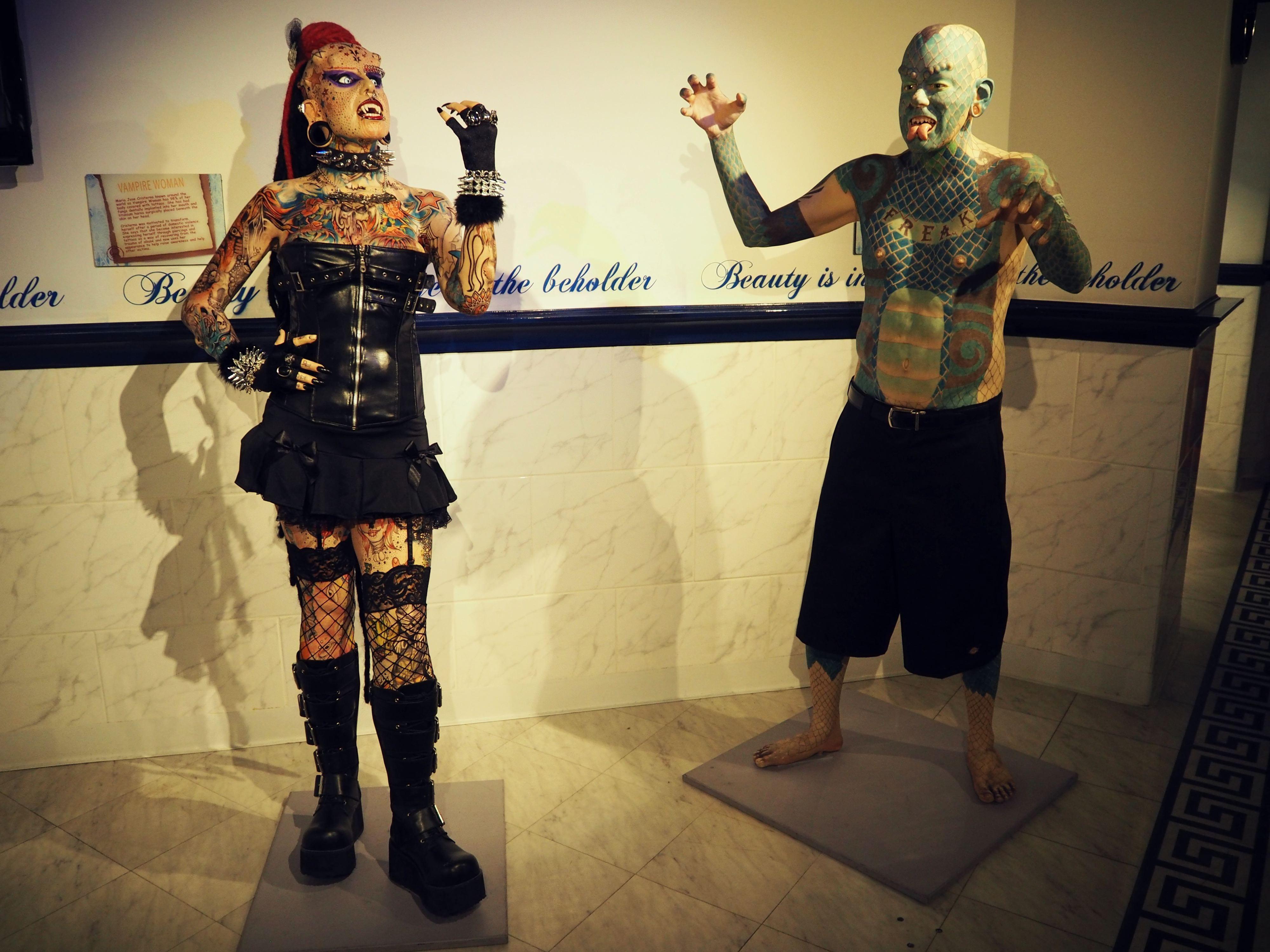 Moderne Kunst? Diese beiden Kandidaten schocken durch ihre Tattoos und Piercings