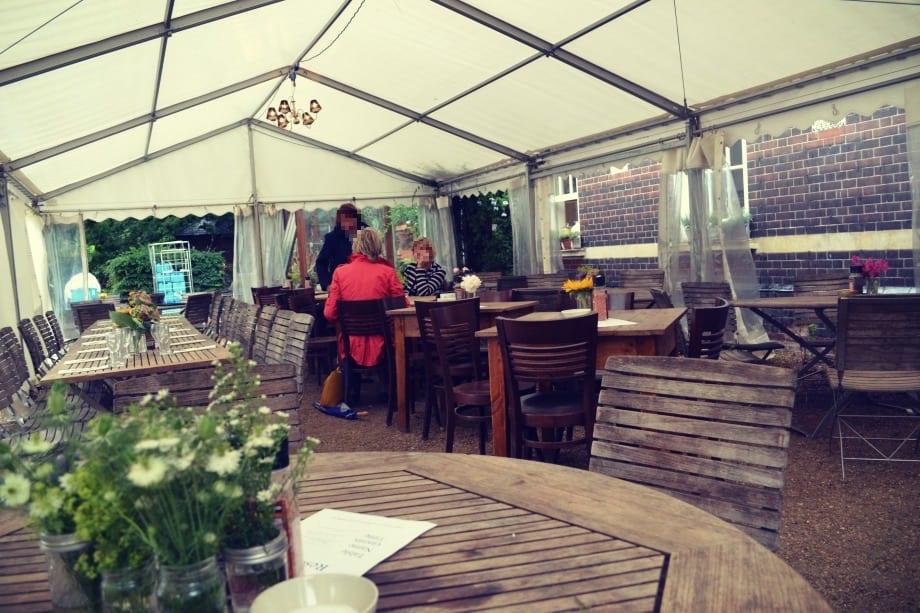 Das Café ist überdacht aber trotzdem im Freien, so kann man hier bei jedem Wetter gemütlich sitzen.