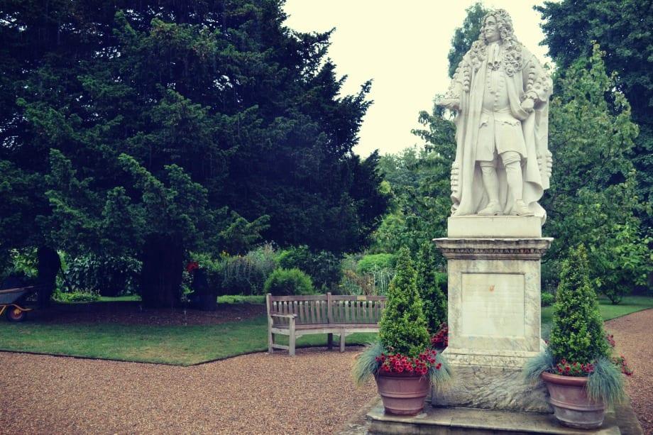 Eine Statue von Sir Hans Sloane steht im Zentrum des Gartens.