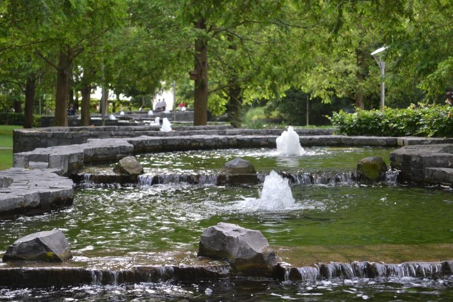 Künstliche Wasserläufe im künstlich angelegten Park