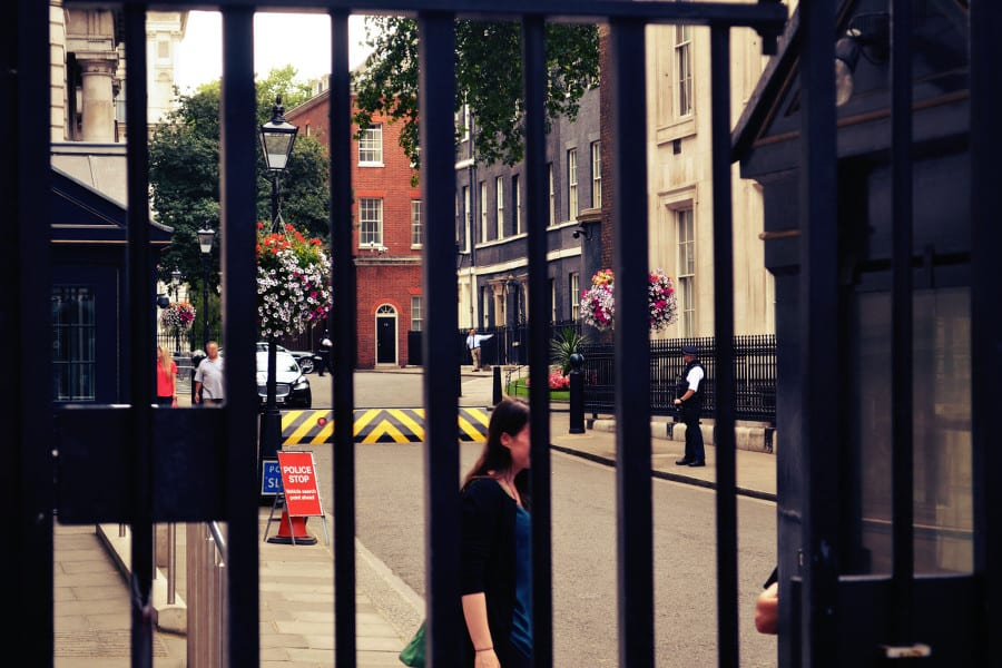Das Haus mit der dunklen Fassade ist die Downing Street 10