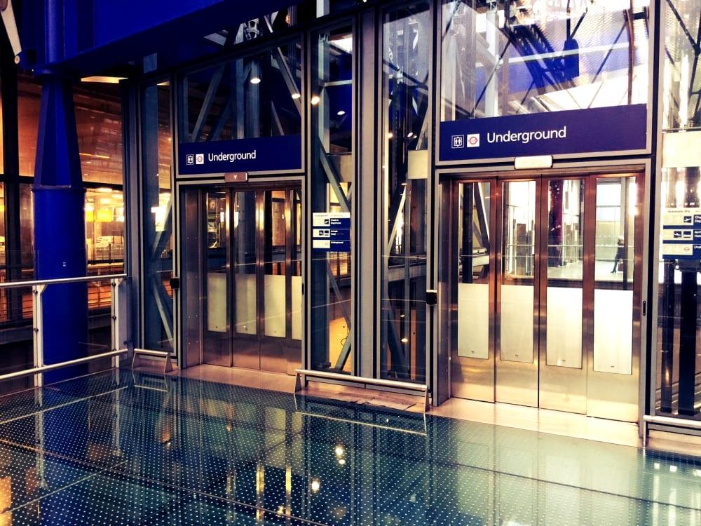 Entweder mit dem Fahrtstuhl (hier Terminal 5)