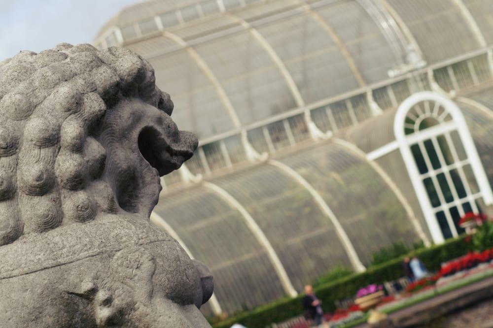 Neben zahlreichen Pflanzen befinden sich auch viele Skulpturen in der Parkanlage