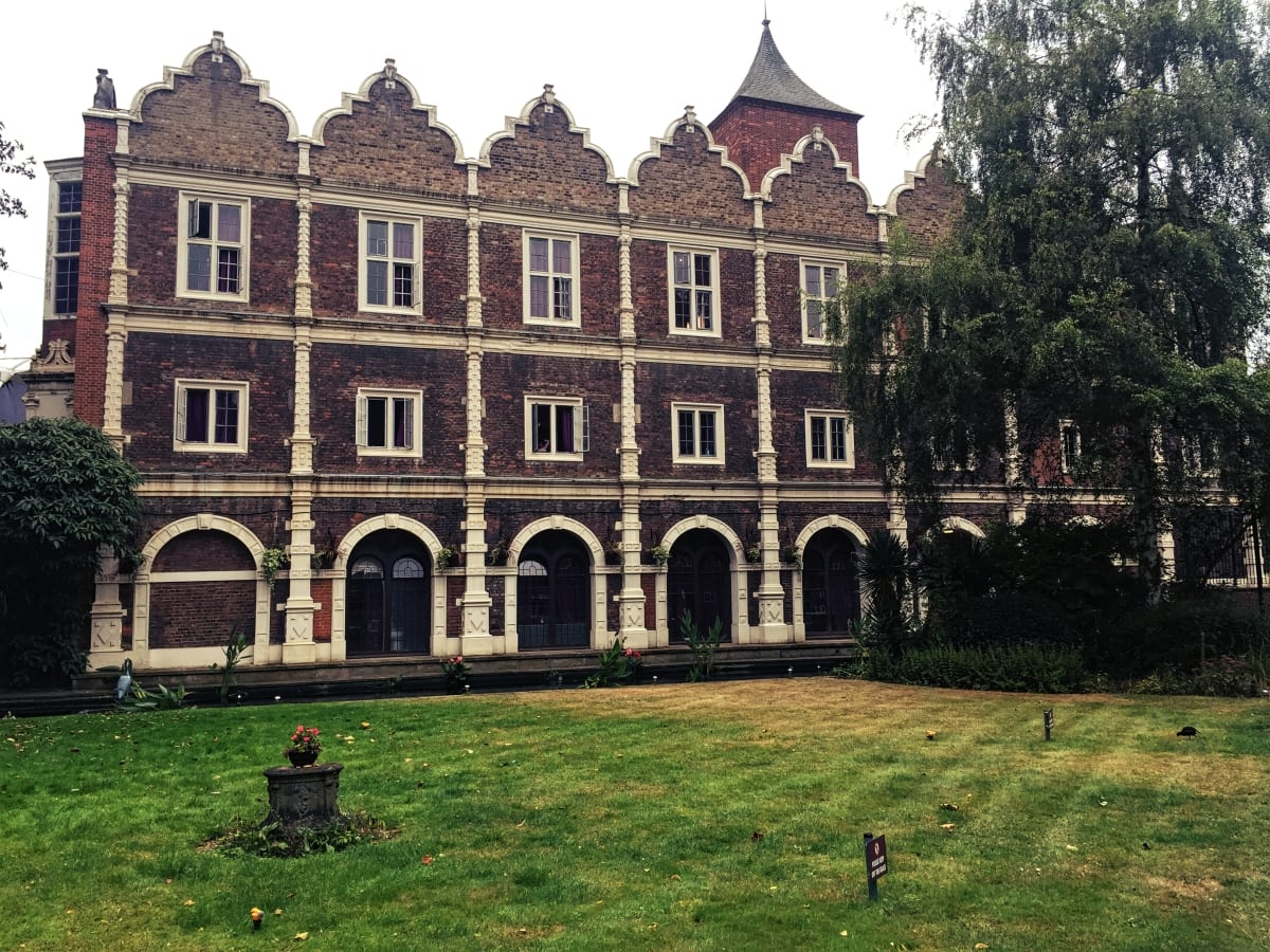 Die tolle Gebäudefront des Safestay London Holland Park