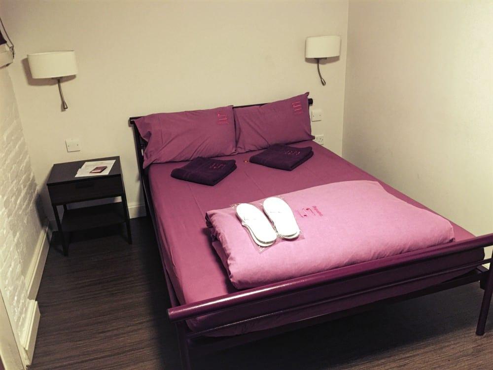 Das Bett im Privatzimmer