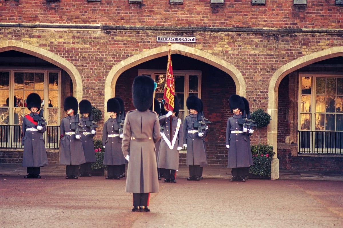 Die alte Garde vor dem St. James's Palace