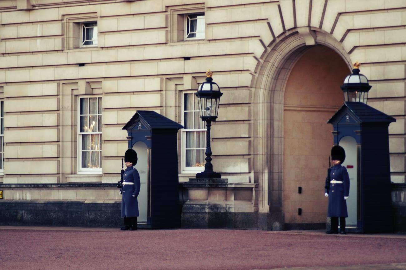 Zwei Mitglieder der alten Garde stehen vor Ihren Wachhäusern vor dem Buckingham Palace