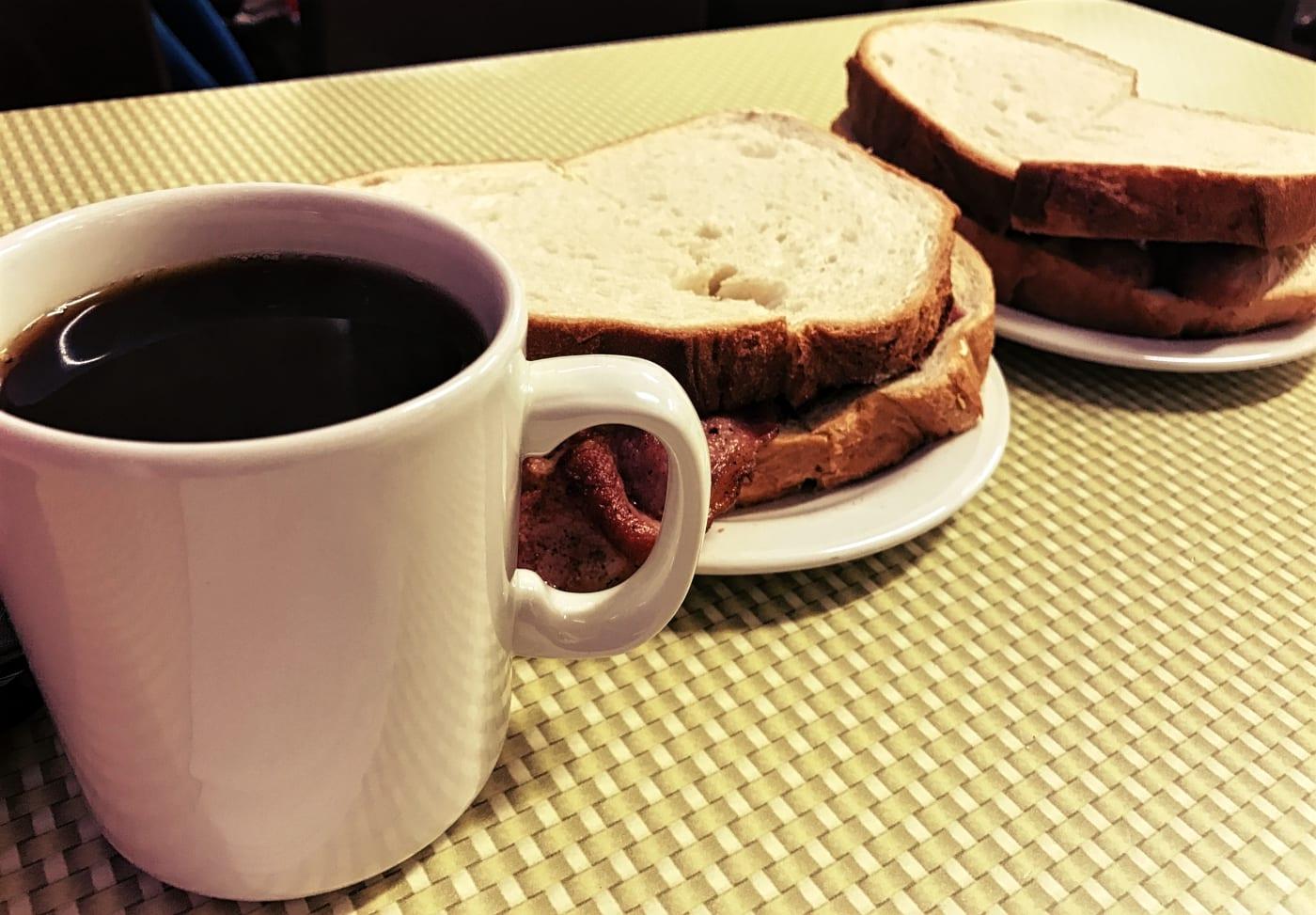 Ich habe hier zum Beispiel mal die Sandwiches ausprobiert, damit war ich aber auch bis zum Abend hin satt...