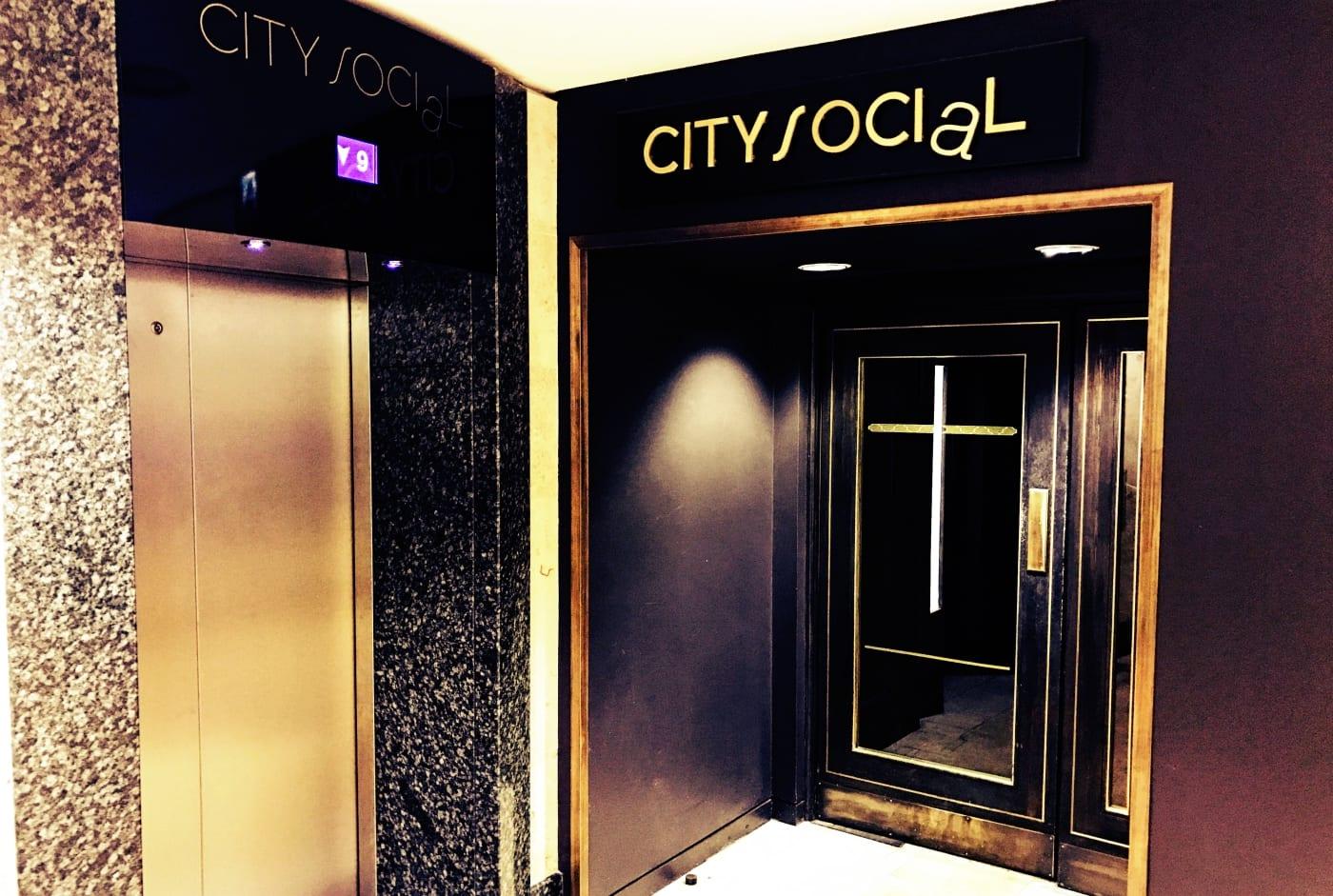 Mit dem Fahrstuhl geht es in den 24. Stock des Tower 42