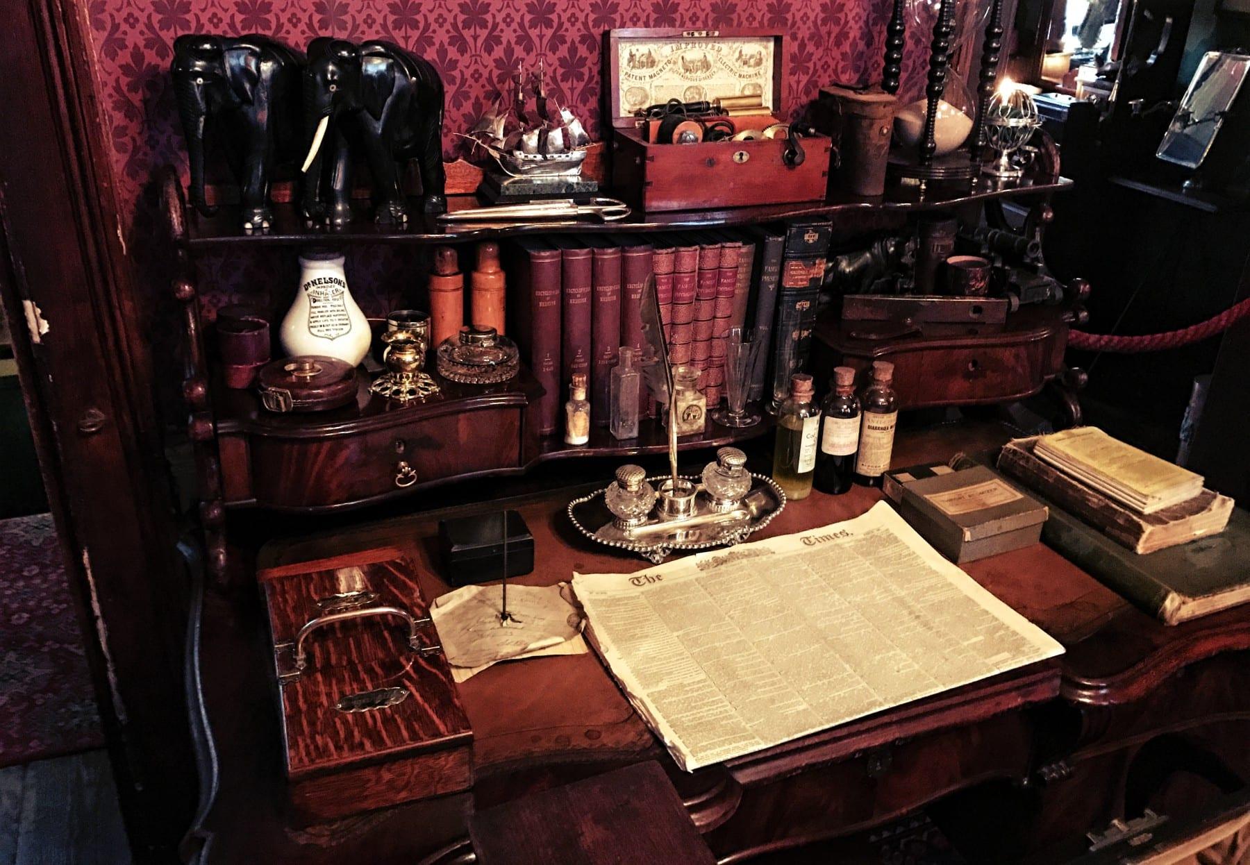 Der Schreibtisch im Arbeitszimmer von Sherlock Holmes und Dr Watson