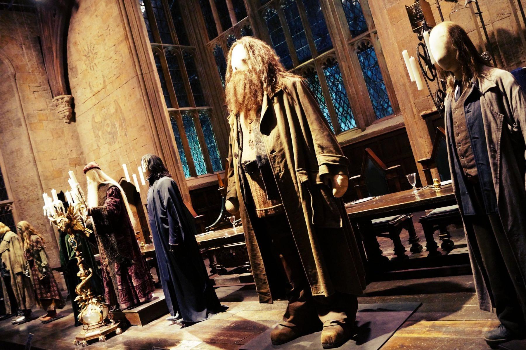 Vorne sind einige Kostüme ausgestellt, hier u.a. Hagrid oder Dumbledore