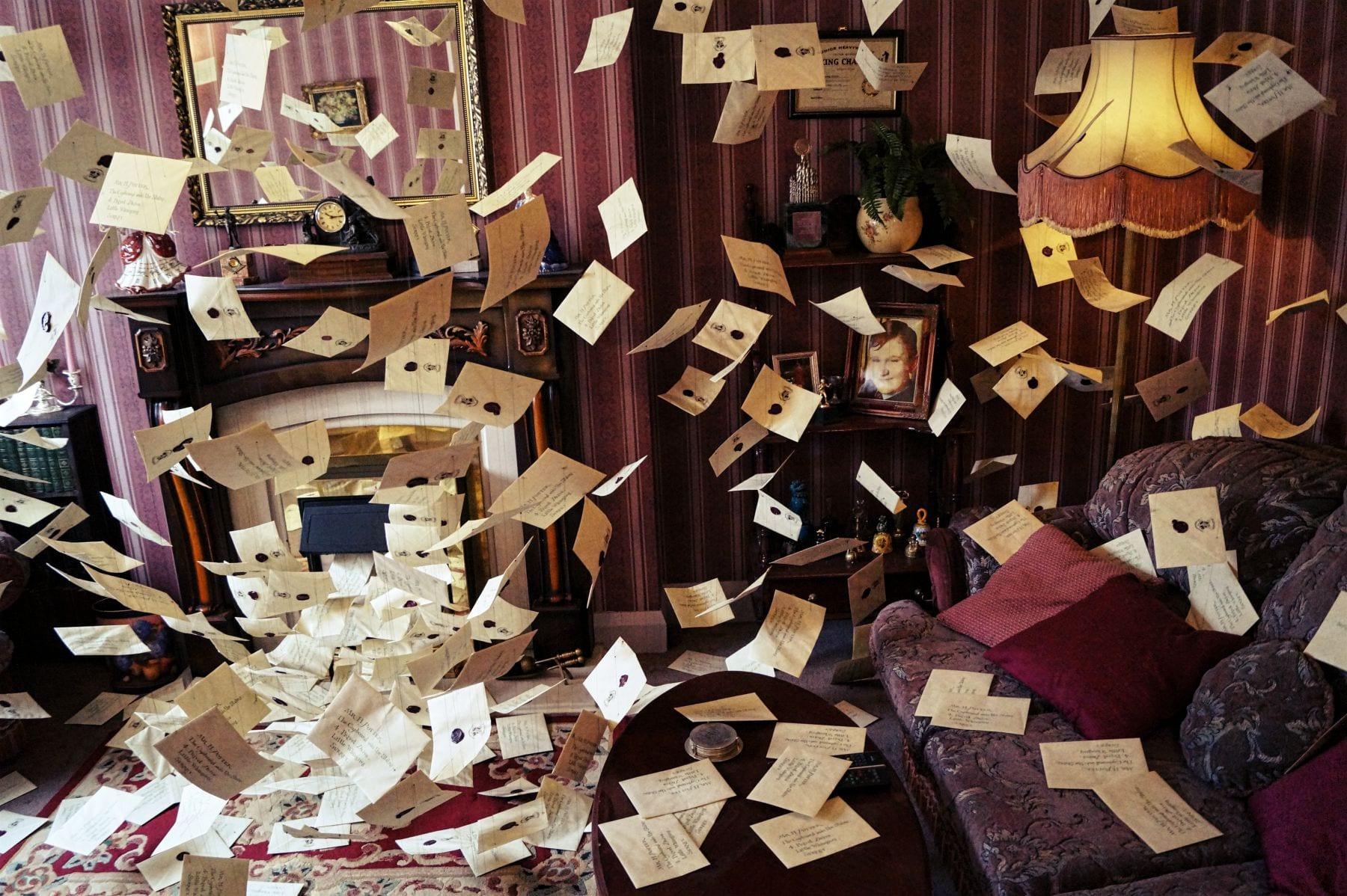 Eine weitere bekannte Szene aus Harry Potter 1 - die Überflutung der Hogwarts-Einladungen