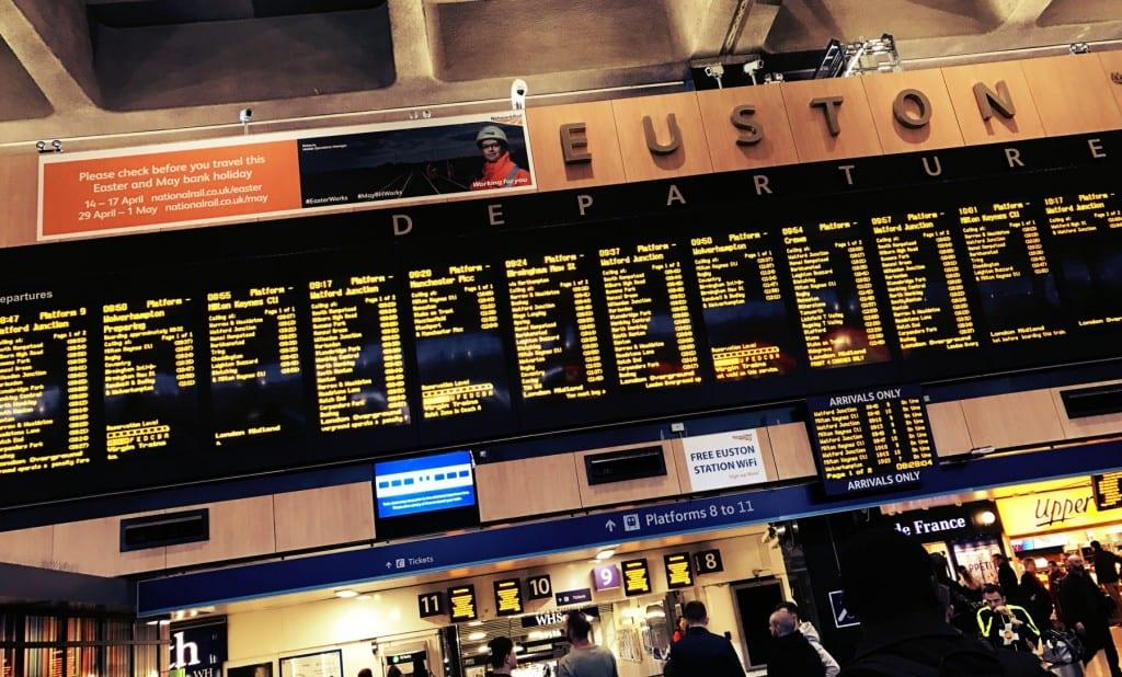 Hier steht dann der Zug dran und das Gleis, wo Du hin musst